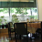 茶里人家 - 緑も綺麗な窓の外が