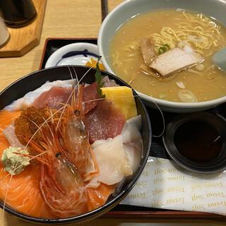 すみれ - 料理写真:本日の海鮮丼1,400円