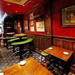 マンインザムーン - 【1F】グループでの飲み会は店内奥のテーブル席へどうぞ。