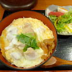 やきとりほっと屋 - 【ランチ】しろ親子丼+ミニサラダ(¥860)。口に入れるとすぐ、昆布だしが香るのが分かる