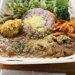 07 - 料理写真:左がチキンカレー 右が牛肉、大根カレーのあいがけ