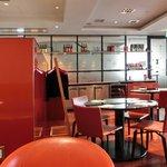 中国料理 新葡苑 - 店内のテーブル席の風景です
