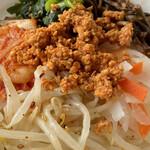 神戸サムギョプサル - 肉そぼろはピリ辛で美味しい