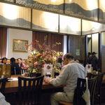京おばんざい うどん つるはん - センターテーブルと装飾