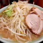 ラーメン 盛太郎 - 意外に早く出てきた、オーダーのラーメンの麺カタメ、ヤサイちょいマシ。あら?スープがやや白っぽいかな....