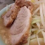 ラーメン 盛太郎 - 豚さんはデフォ2枚。質は神保町さんのほうが良いので、マシをせず。小ぶりで脂身、味付けがほぼ無しでしたが、いつもに比べたら全然良い豚さんでした。アブラマシすりゃよかった....