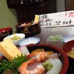 はまや - 海鮮丼がこのボリュームで、なんと700円(*^^*)アットホームな店内です。