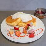 果実店canvas - 三色の苺とクリームチーズパンケーキ~温かいベリーソースを添えて