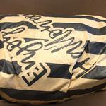 129327131 - バーガーはこんな感じで包まれています。