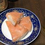 丸高寿し  - 鱒寿司買って嬉しいのは夜も鱒寿司で飲める事ヽ(´o`  チンカチンカの冷やっこい赤星と鱒寿司!!! ひょうちゃんに醤油入れてスタンバイ! 赤星とコップは予め冷凍庫♪