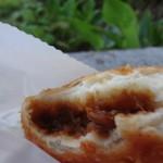 神南カリー - 揚げたての神南カリーパン、明治通り沿いの公園にて