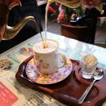 喫茶ツヅキ - フワフワの泡を作ります