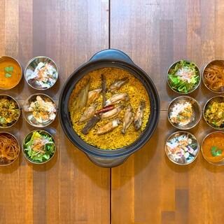スパイス炊き込みご飯と6種の小鉢が付いた「スパイス御膳」