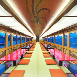 堀ごたつ席の船内で、ゆったりと贅沢な船旅を