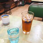 定食のヤシロ - ウーロンハイとコップ酒。酒がコップのせいでまるで水のよう