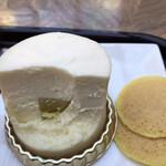 ふなわかふぇ - お芋のレアチーズケーキセット760円。レアチーズケーキ。それなりに食べ進めていくと、中には芋ようかんが(╹◡╹)。美味しいレアチーズと相性良く、とても美味しくいただきました(╹◡╹)