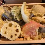 天ぷらとサカナ 天ぷら酒場 KITSUNE - 天ぷら拡大 赤いのは紅ショウガです。