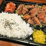 えきにくヤンボー - ムスメ1号は「唐揚げ弁当」(500円)。