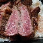 いきなりステーキ - ミディアムレア。弁当で食べるには丁度良いと思う。