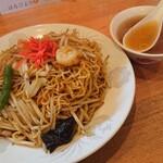 あじ福 - 料理写真:炒め焼きそば 880円、大盛 100円(全て税込)