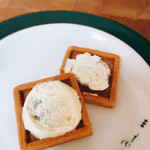 プレスバターサンド - クッキーをパカッとはがすとバタークリームがタップリ!