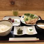 魚料理 渋谷 吉成本店 - おかずを2品選べる定食1200円(税込み)。漬けマグロとホタルイカのお刺身、河豚の唐揚げの2品を選択しました。お刺身は。。。唐揚げは普通に美味しかったです(^。^)