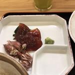 魚料理 渋谷 吉成本店 - おかずを2品選べる定食1200円(税込み)。漬けマグロとホタルイカ。うーん。。。この内容では、コスパが良いとは。。