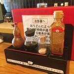 千駄木うどん 汐満 - カウンター席卓上の調味料