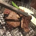 炭火焼肉 舞牛 - 備長炭で焼いて
