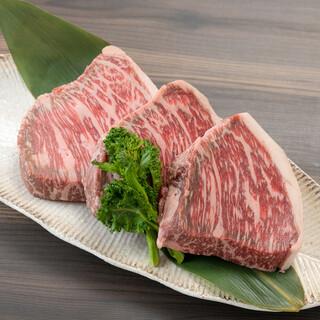 阿波尾鶏をはじめ、徳島県産の食材が並ぶ。香ばしい炭火焼に舌鼓