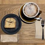 SOT COFFEE ROASTER - コーヒーケーキ(¥300)と焼きカフェラテ(¥600)。コーヒーケーキは焼きたてとのことで、ふんわり美味しかった★