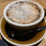 SOT COFFEE ROASTER - 焼きカフェラテ。ブリュレプリンの様にパリッと割ってから飲む。お〜!新しい。砂糖が溶けて程よい甘味。面白い