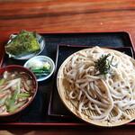 うどんや 藤 - 肉きのこもりうどん(中盛)+ はちみつ梅おむすび