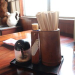 うどんや 藤 - 卓上調味料と箸