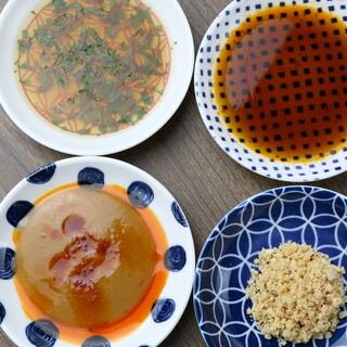 餃子の美味しさをさらに際立たせる、個性豊かな<4種>のタレ