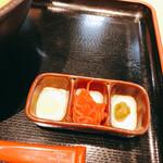 秋田比内地鶏生産責任者の店 本家あべや - ニンニク?紅生姜、柚子胡椒でしたかと。