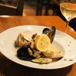 Vomero - 本日の魚介 旬の貝類の白ワイン蒸し レモンと黒胡椒風味 アサリ ハマグリ ムール貝