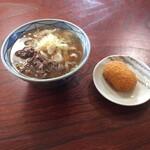 美也川 - 料理写真:肉うどん大 コロッケ