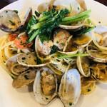 アレグロ - ボンゴレ・ビアンコ。本場イタリアでは地中海産のガリアハマグリ (Chamelea gallina)を使います。日本はアサリね。
