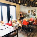 アレグロ - 木の床板。コンクリートの壁。赤いベビーチェアーが映える店内♡
