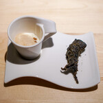 B - 新玉ねぎのポタージュ、コーヒーの泡  ホタルイカのイカ墨のフリット、 オリーブとツナのパウダー、 下には蕗の薹のペースト