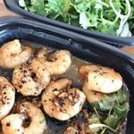 海南鶏飯食堂 - 海老のブラックペッパーソース炒め、パクチーサラダ。