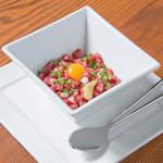 Ramu Tokyo - <さくら納豆(商標登録)> さくら肉の下にある納豆と混ぜてお召し上がりください。 これを目当てに来店いただくお客様もいらっしゃる、名物の一つです。 〆にご飯と食べるもよし、焼肉前にたべるもよし。桜肉(馬肉)の新たな一面を感じていただけると思います。