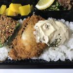 丸秀鮮魚店 - ヒラメの唐揚げにタルタルソース ピーマンの肉詰め