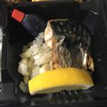 丸秀鮮魚店 - 薄塩の焼き鯖も付く