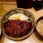 矢場とん - ロースとんかつ定食。100円プラスで味噌汁を豚汁にしてもらいました