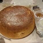 石釜 ベイクブレッド 茶房 タムタム - バター、メープルシロップ、ホイップクリーム付き