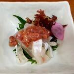 居酒屋 鶴八 - 桜鯛酒盗和え。桜鯛=今の時期(春)に獲れる真鯛のことだと思われます