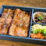 生肉専門店 焼肉 金次郎 - 飲めるロース弁当