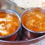 アールティーズ・インディアン・カフェ - バターチキンカレー(左)とシーフードカレー